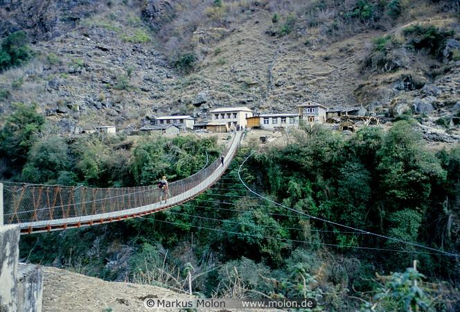 03 Crossing the suspension bridge in Karte