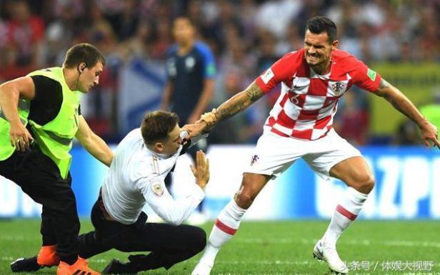 世界盃決賽闖進不速之客!兩男一女衝場被抓住抬下 – 世界體育賽事娛樂城資訊網