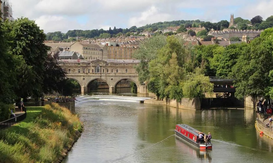 Best places to visit in the UK - depicts Bath river and buildings