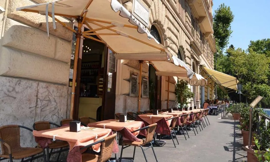 Shows outdoor tables at a restaurant in Rome - Rome restaurant tips