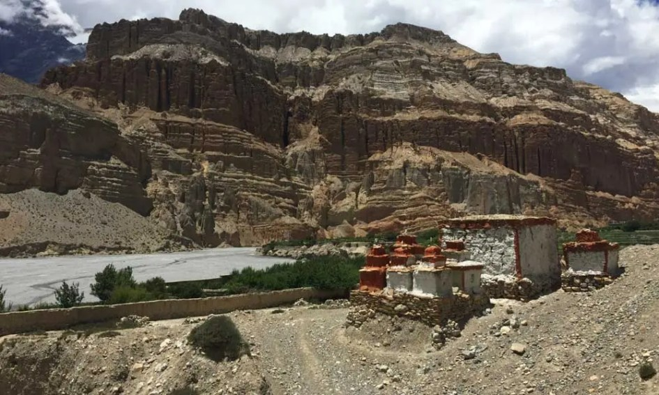Nepal trekking guide - shows a trail in the Mustang region