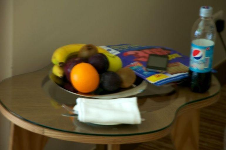 Frisch gefüllter Obstkorb im Zimmer