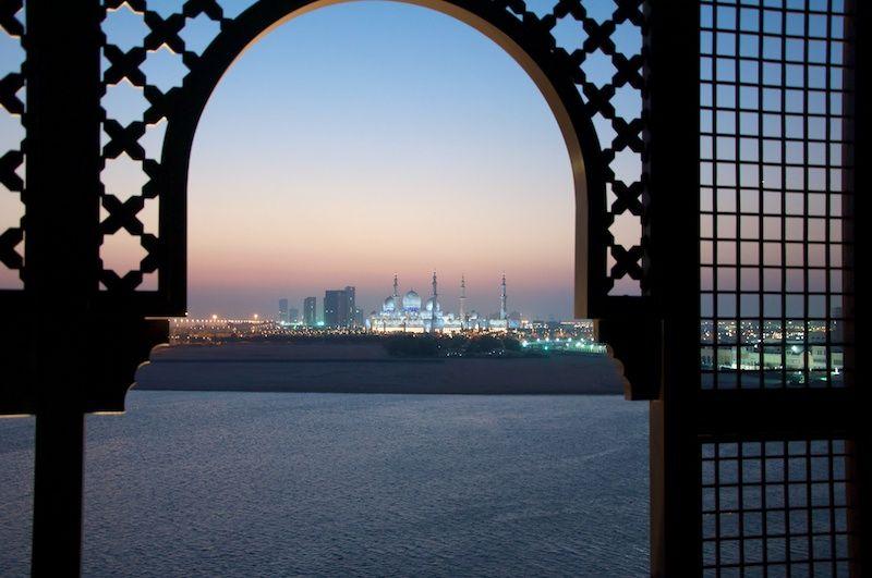 Blick von der Suite des Shangri-La Hotels auf die Sheikh Zayed Grand Mosque