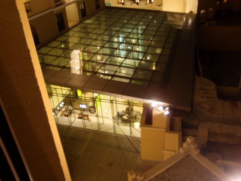 Blick vom Balkon des Zimmers auf die verglaste Lobby