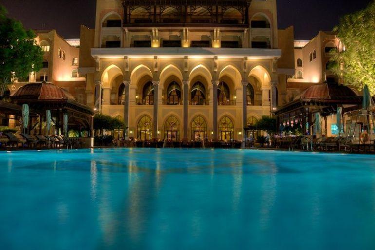 Blick vom Hotelpool auf das Shangri-La Hotel