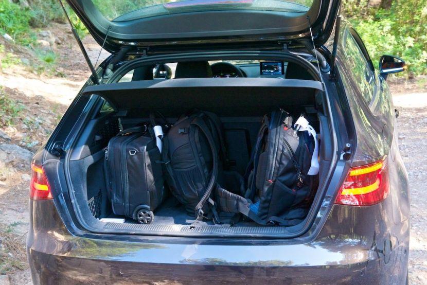 Kofferraum mit drei Gepäckstücken