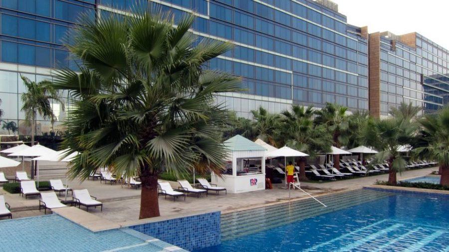 Blick vom Pool auf das Hotel - Vorne der Eisstand von Baskin Robbins