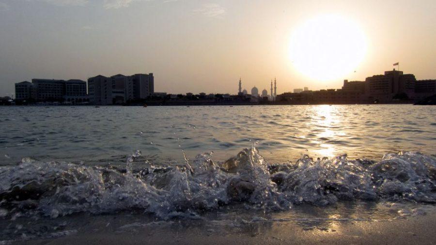 Blick vom Strand über den Creek auf die Sheikh Zayed Grand Mosque