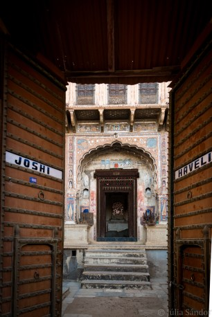 Entrance to a haveli in Mandawa