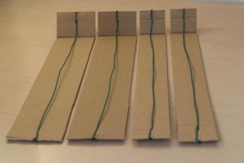 Deuxième étape : formation de l'angle de chaque bande et consolidation via du fil de fer et du scotch