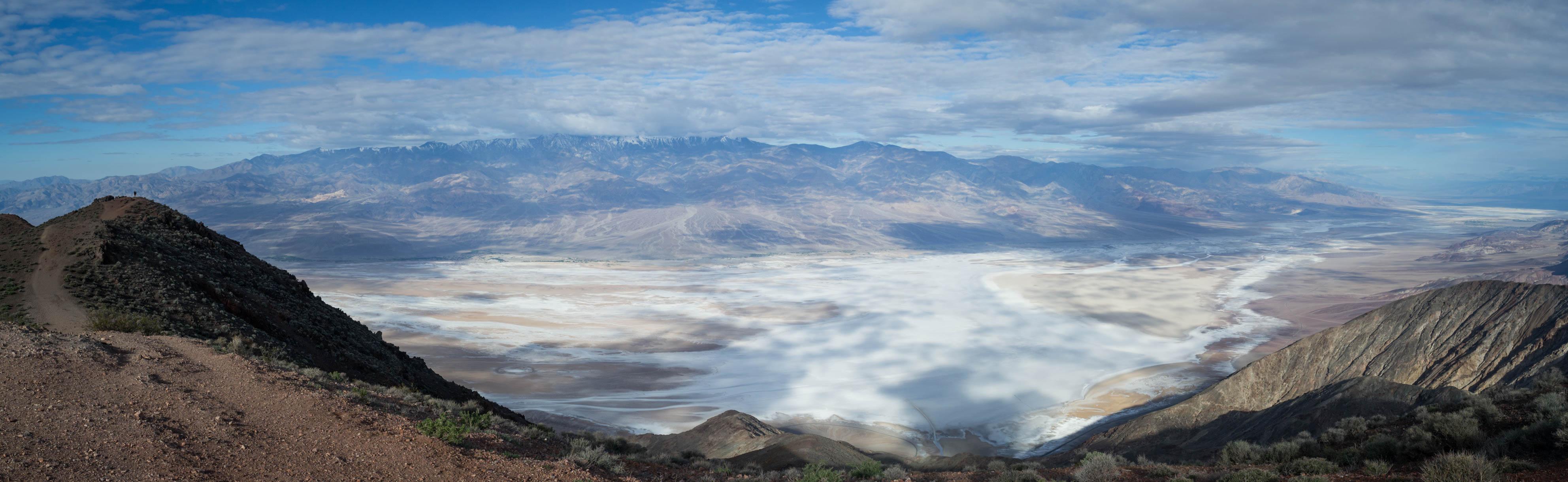 Dantes View avec un point de vue sublime sur le désert de sel, 1755m plus bas