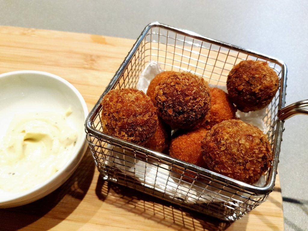 chorizo-paprika bitterballen in frituurmandje