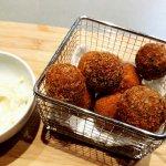 chorizo paprika bitterballen in frituurmandje