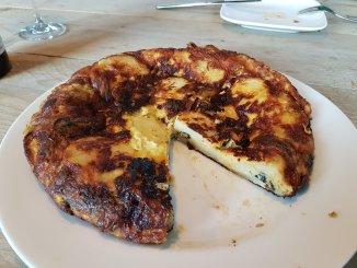 Tortilla van aubergine, blauwe kaas en honing