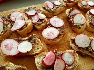Tonijntapenade op stokbrood met radijsjes