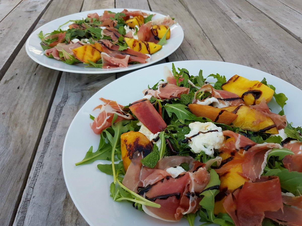 Salade met geroosterde perzik, mozzarella en serranoham