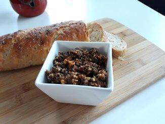 elfgemaakte olijventapenade met oude kaas