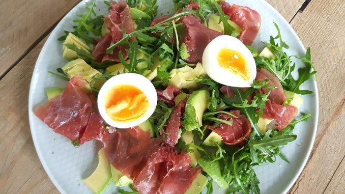 lunch salade met avocado, rookvlees en ei