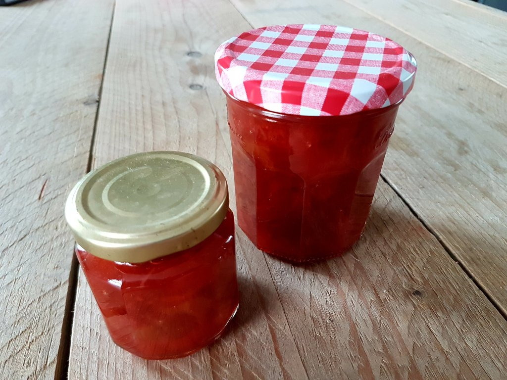 zelfgemaakte rabarber-aardbeienjam