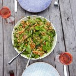 Gedekte tafel met zomerse pastasalade met mango en kip