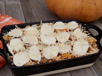 Pasta ovenschotel met pompoen en gehaktballetjes bedekt met mozzarella en parmezaanse kaas