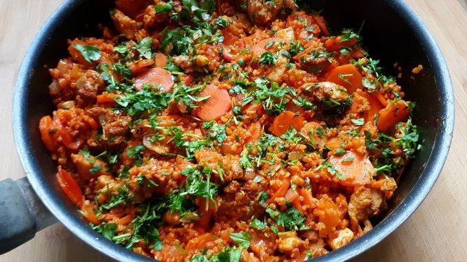 Bulgur met kippendijshoarma, wortel, radijs en tomaat