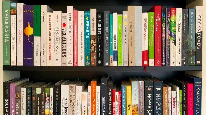 Kookboeken in boekenkast van Myreen Minnaar
