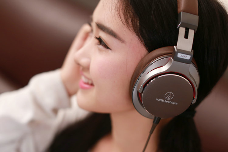 "Audio-Technica铁三角 ATH-MSR7 BK头戴式耳机,谐音型号""陌生人妻"""