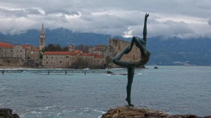 Ballerina-Statue mit Blick auf Budva Altstadt