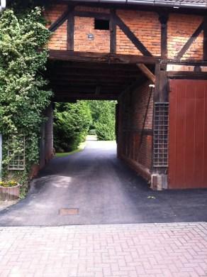 Vejen der går fra gårdspladsen bag vores hotel og ned til Arendsee (søen)