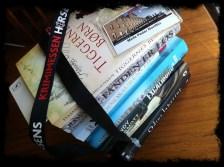 En stabel bøger på vej i fængsel