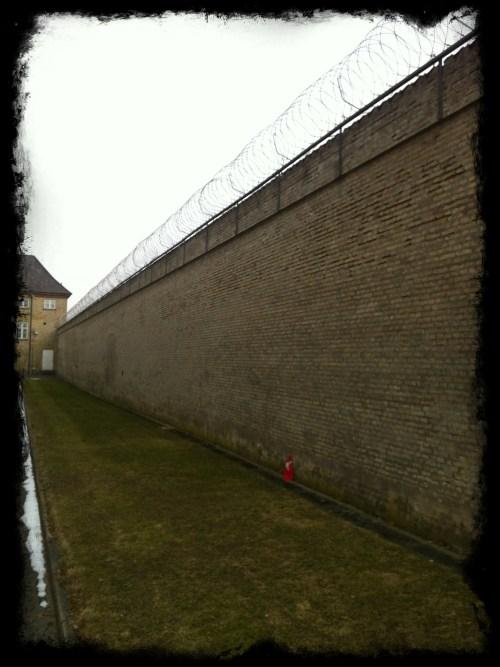 Jeg tænkte, hvad laver det der enlige lille flag mon op ad fængelsmuren?