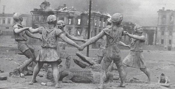 Фонтан «Детский хоровод» на вокзальной площади Сталинграда