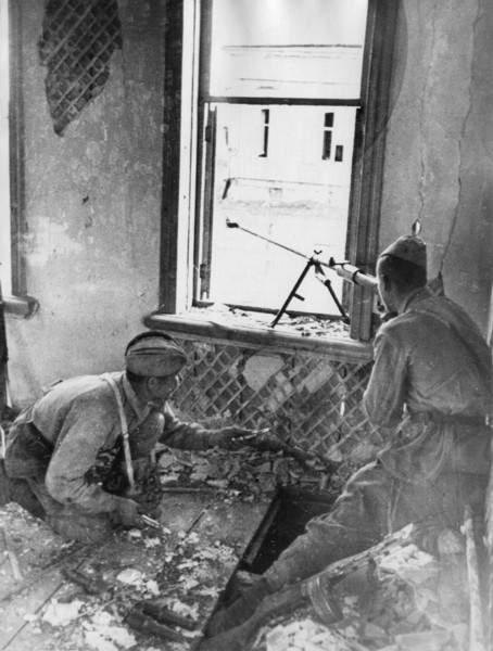 Бронебойщикии ведут огонь по танкам вермахта