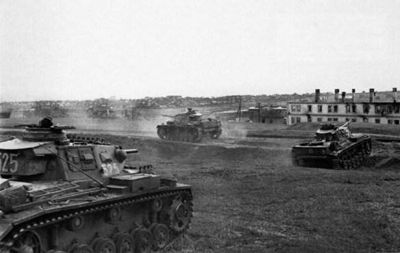 Танки Pz.Kpfw.III 24-ой танковой дивизии вермахта возле Сталинграда.