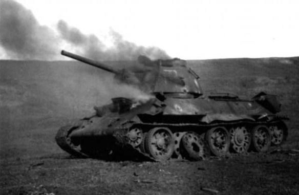 Подбитый и горящий т-34
