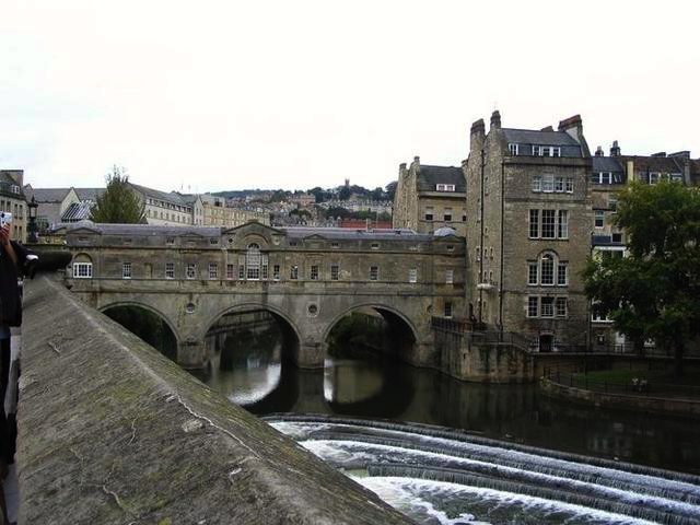 Bridge-over-the-Avon-in-Bath-shops-built-on-it