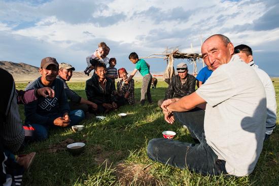 Alcuni nomadi falconieri e le loro famiglie stanno insieme