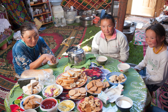 Una tavola imbandita per la colazione in una tenda di nomadi falconieri in Mongolia