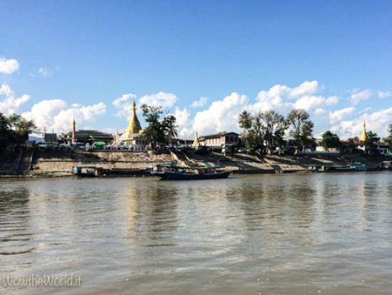 Le sponde di Katha viste dal fiume Irrawaddy, Birmania.