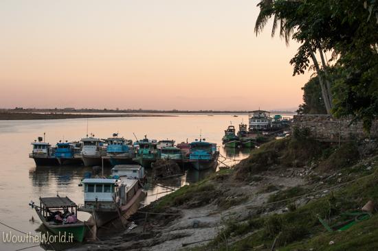 Barche al tramonto a Katha, Irrawaddy, Birmania, by Wowtheworld