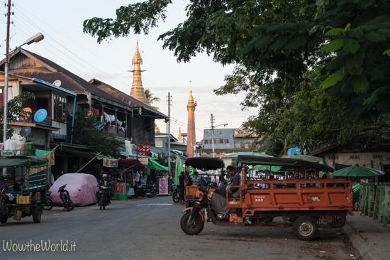 Un strada del centro di Katha, Irrawaddy, Birmania. by Wowthewordl