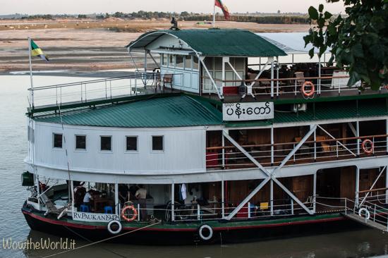 Imbarcazione crociera di lusso fa tappa a Katha, Birmania, by wowtheworld