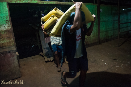 Uomini al lavoro, in Birmania