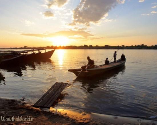 Navigare sul fiume Irrawaddy è anche ammirare dei tramonti. Qui siamo a Bhamo, nello stato Kachin.