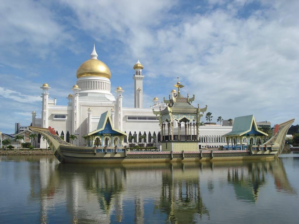 Sultan Omar Ali Saifuddien Mosque, Brunei - by DWI BUDHI CAHYONO Follow dbcvision:Flickr