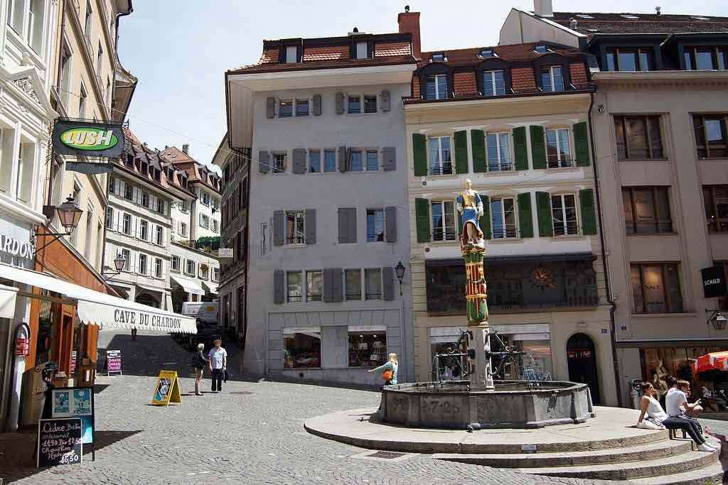 Place de la Palud, Lausanne - by Sailko:Wikimedia