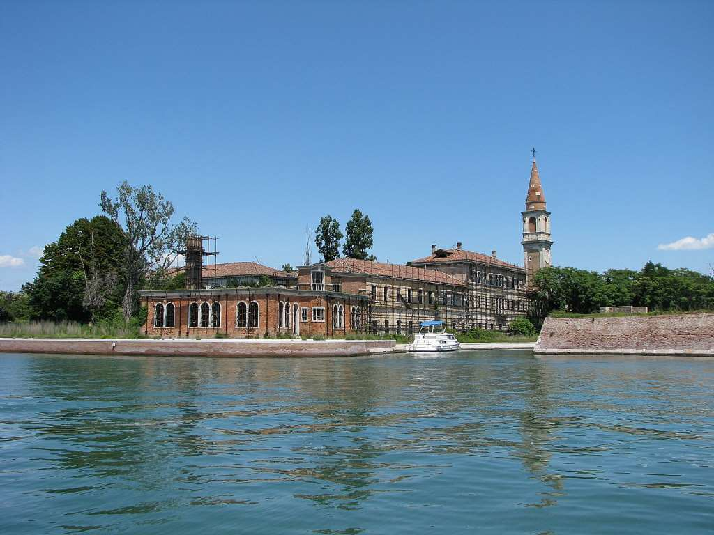 Poveglia Hospital, Italy -by Chris 73/Wikimedia.org