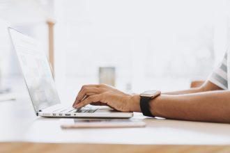 homem-diante-de-seu-computador-buscando-oportunidades-para-comprar-uma-empresa-em-funcionamento