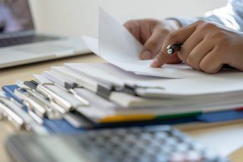 pessoa-com-documentos-na-mao-para-representar-quais-devem-ser-apresentados-pelos-pequenos-empresarios